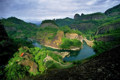 One of the bends in the famous Nine Bend River (Jiu Qu Xi) Wuyishan. Photo from http://teaguardian.com/